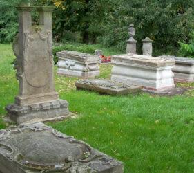 Kirche Altgolßen, historische Grabmäler