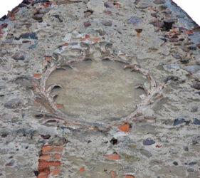 Kirche Gießmannsdorf, Kartusche am Ostgiebel
