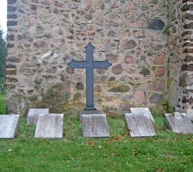 Kirche Krossen, Grab Manteuffel