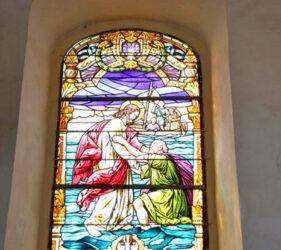 Kirche Uckro, Bleiglasfenster